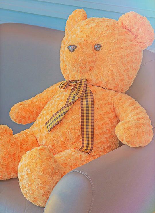 귀여운 곰인형이 소파위에 앉아있는 사진